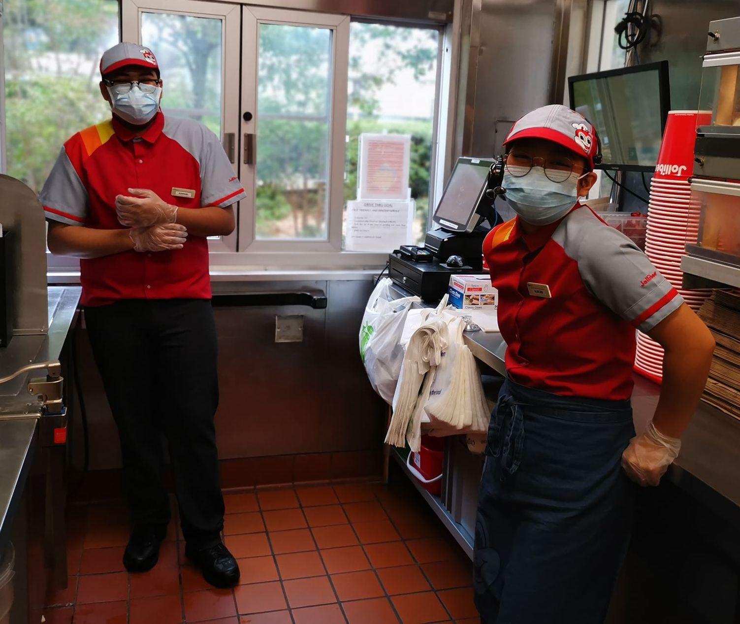 Jollibee workers wearing masks2